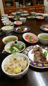 浜松市料理教室「ゆうこの台所」今月のメニューシュウクリーム、さつまいもご飯、サーモンとマグロとドラゴンフルーツのカルパッチョ、薄切りステーキ、根菜スープ、サラダ。
